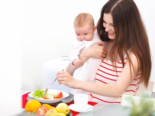 Mẹ sau sinh mổ không nên ăn đồ ăn nhiều dầu mỡ gây khó tiêu.