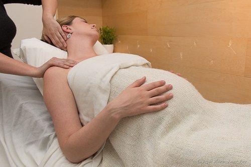 Tắm gội trước khi sinh giúp tinh thần mẹ thoải mái hơn.