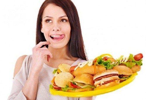 Những món ăn nhiều dầu mỡ không phải lý tưởng cho mẹ sau sinh.