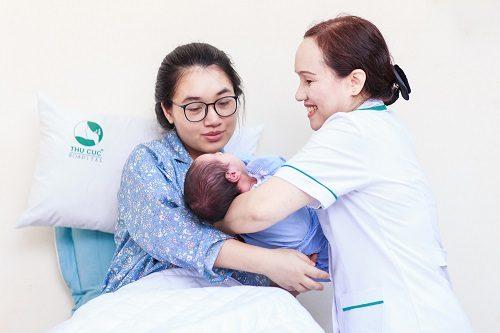 Mẹ sau sinh hưởng quyền lợi chăm sóc riêng theo chế độ của bệnh viện.