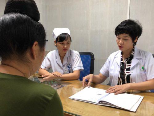 BS Phạm Thúy Nga tư vấn cho bệnh nhân.