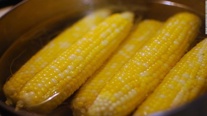 Ngô luộc là món ăn dễ mua, rẻ và dễ ăn với nhiều người